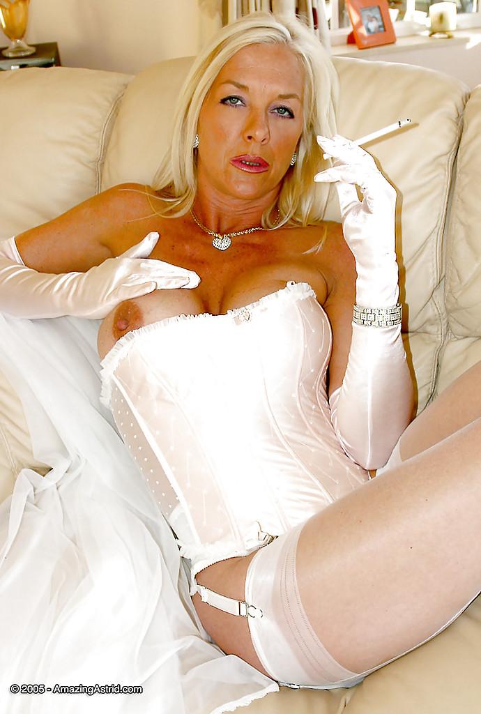 Мамаша в белом корсете оголила упругие сиськи на диване