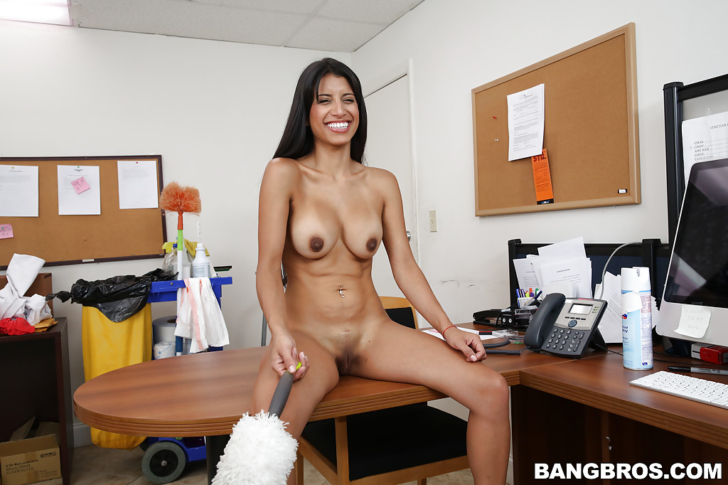 Голая уборщица прибирается в офисе