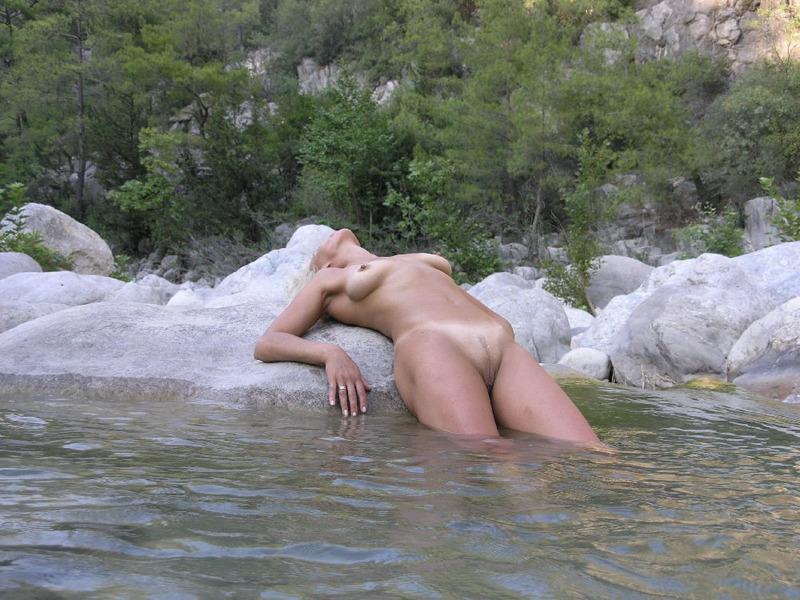Выкупала голую жопу в реке