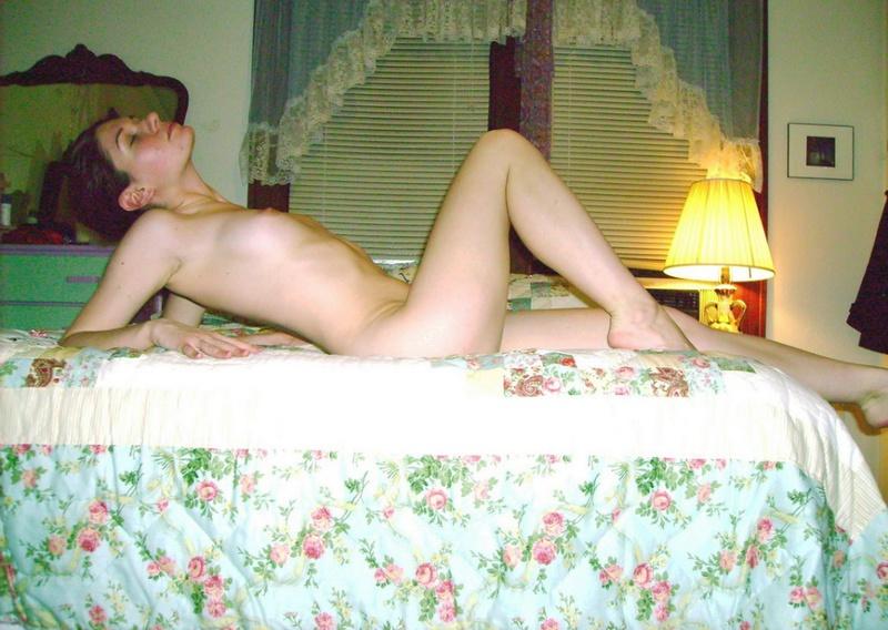 Обнаженная нимфа соблазняет на половой акт упругими сиськами