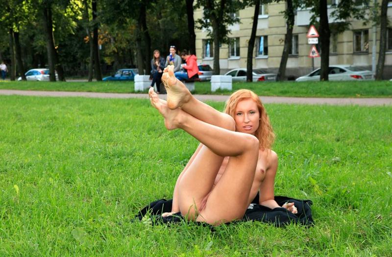 Кучерявая студентка сверкает в городском парке промежностью