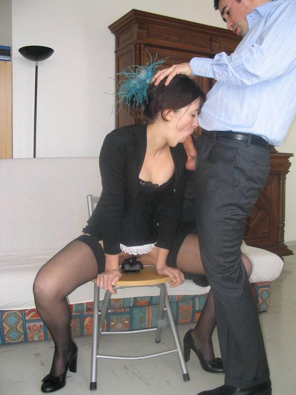 Мамаша вставила в киску секс игрушку и делает минет