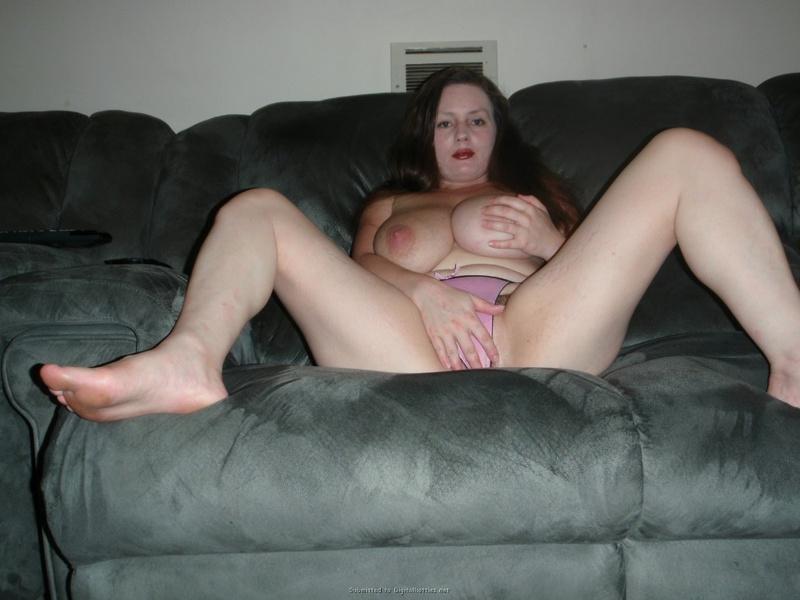 Мамаша в розовых трусиках показывает буфера на диване