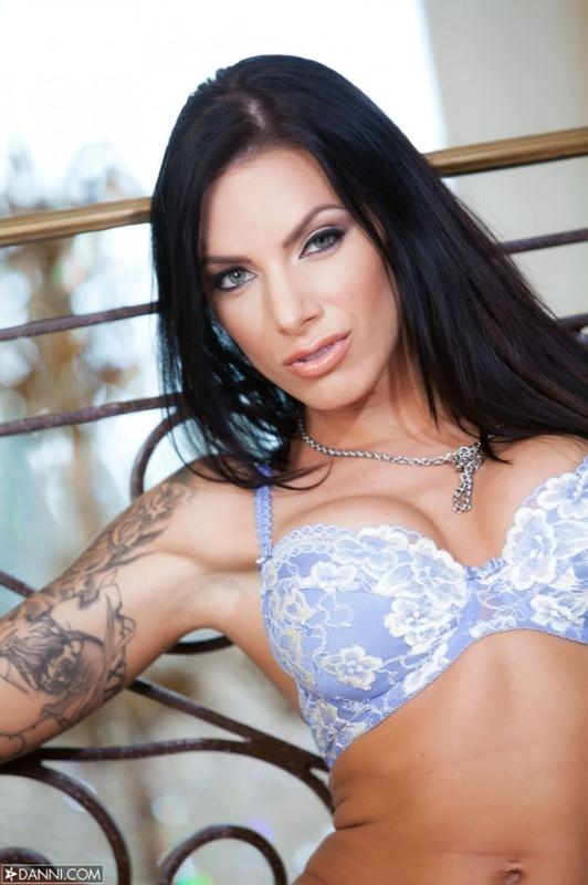 Брюнетка с татуировками сняла голубое белье и вывалила дойки