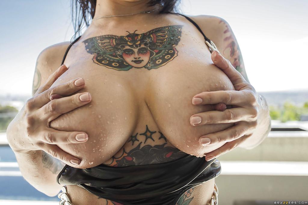 Шалашовка с татуировками вторгается рукой в свою попку