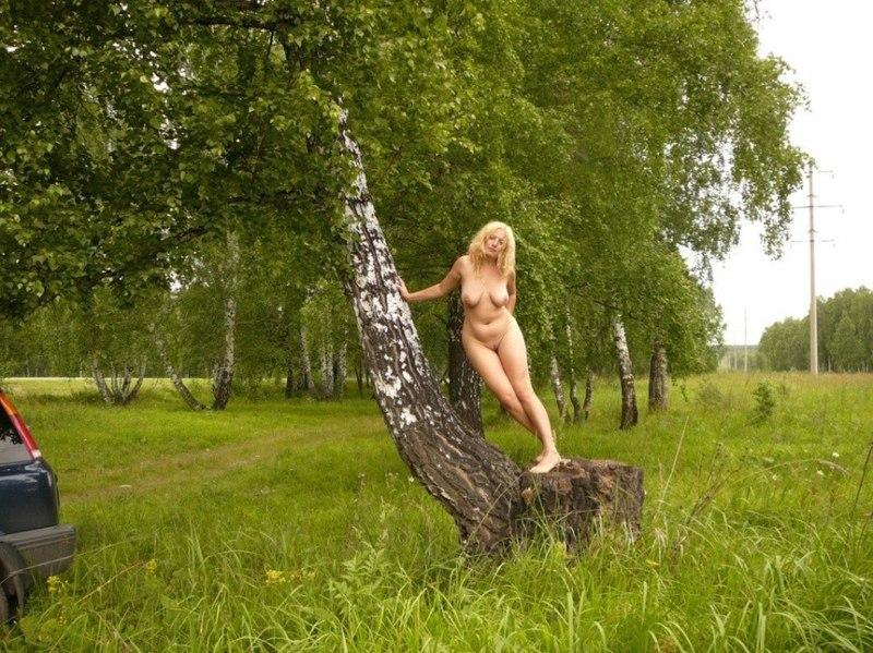 Выбежала голая и сделала селфи
