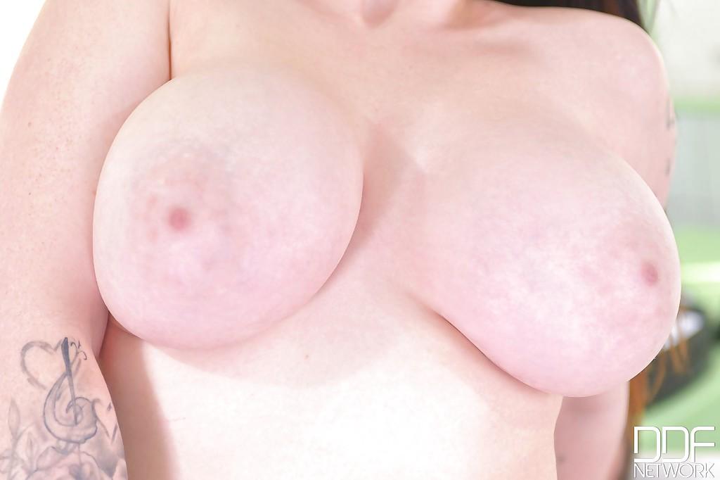 Harmony Reigns в халате медсестры вогнала пенис в киску