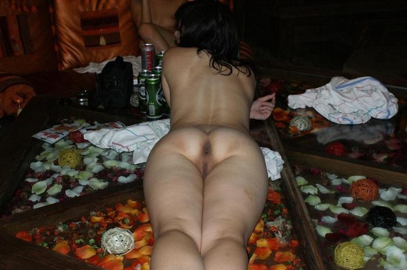 Две страстные лесбиянки отдыхают в сауне