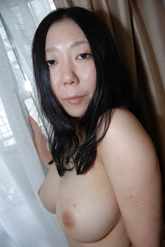 Азиатка сняла шелковое белье и расставила на диване ноги
