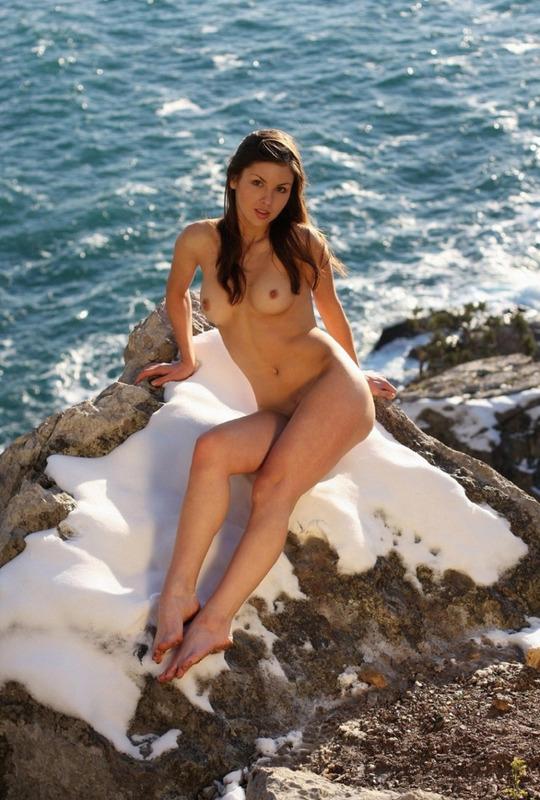 Alexandria Domai сверкает сиськами и писькой у океана
