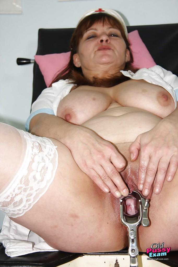 Зрелая медсестра мастурбирует на смотровом кресле