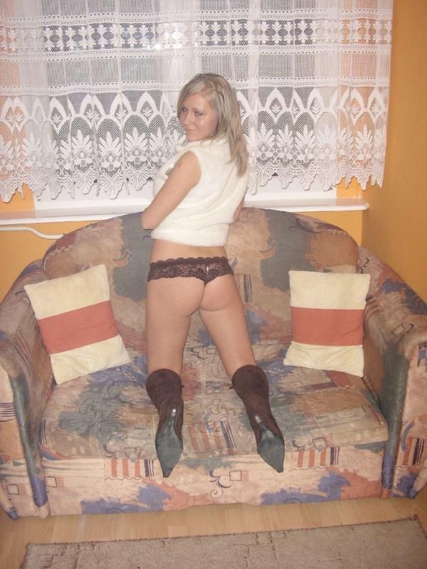 Блонда хвастается перед кавалером новым бельем