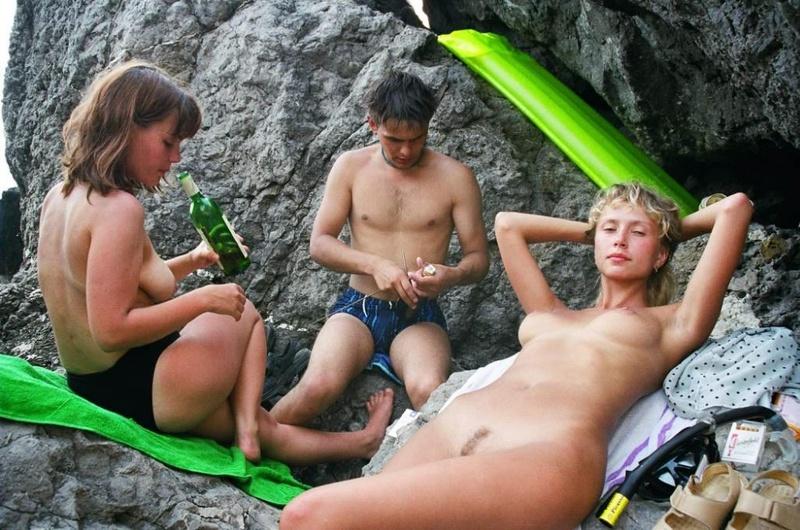 Студентки сверкают сиськами и купаются в море