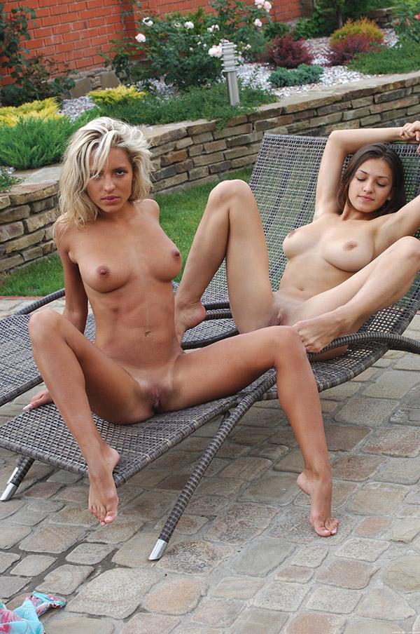 Красивые лесбиянки искупались в бассейне и показали гладкие письки