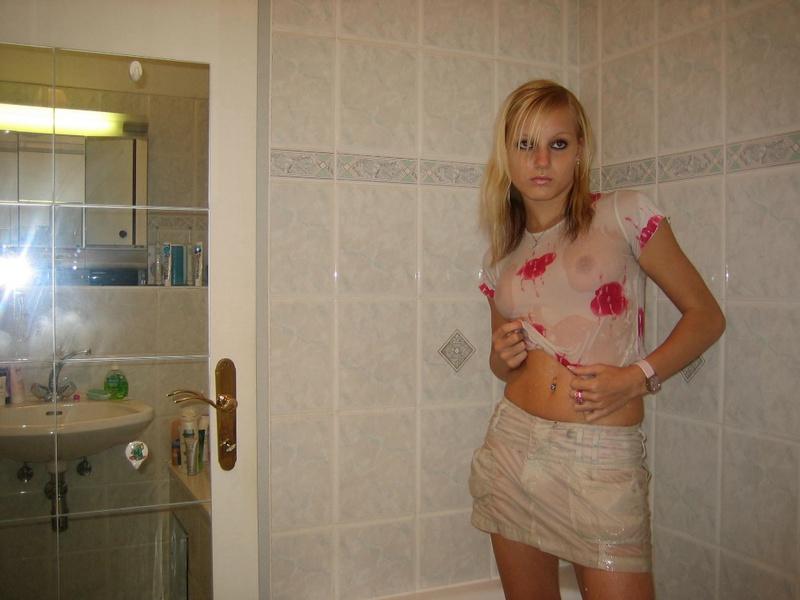Белокурая мамзель купается одетая под душем