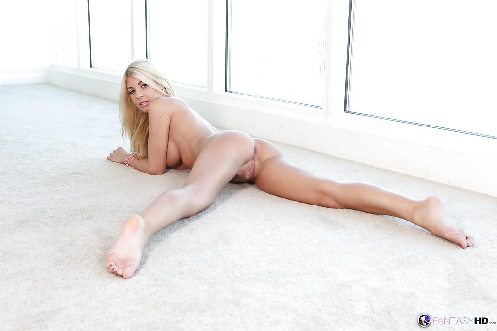 Горячая Kayla Kayden разделась и извивается на полу