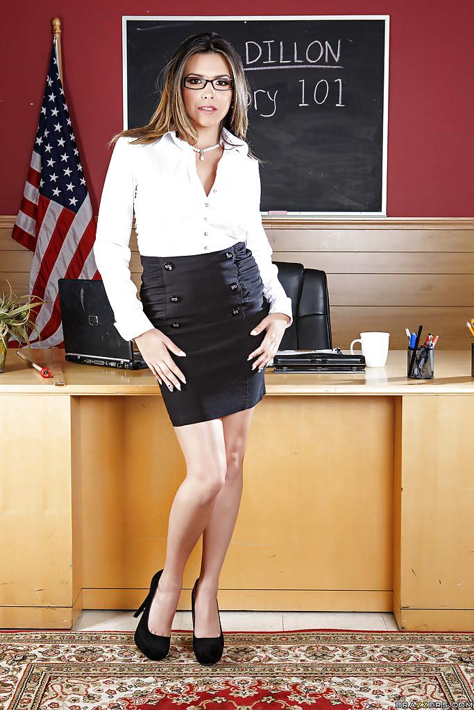 Грудастая секретарша оголилась в кабинете босса
