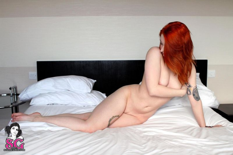 Рыжеволосая студентка в трусиках извивается на белоснежной кровати