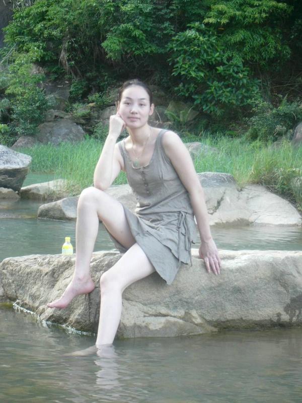 Стройная азиатка в разных нарядах демонстрирует сочную пилотку