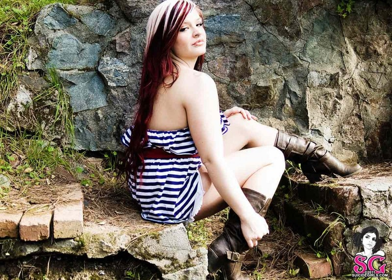 Шелди Энн с татуировкой на груди оголилась у камня