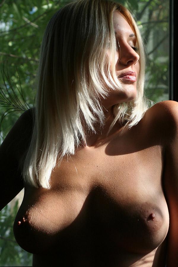 Красотка сняла прозрачные трусики и показала сиськи у окна