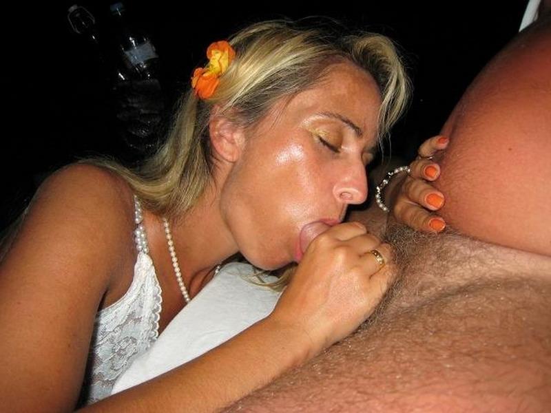 Сексапильная мамаша уговаривает мужика на минет