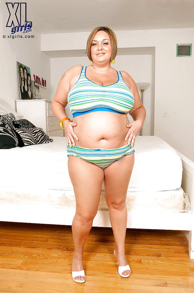 Толстая мамаша оголила большие сиськи у дивана