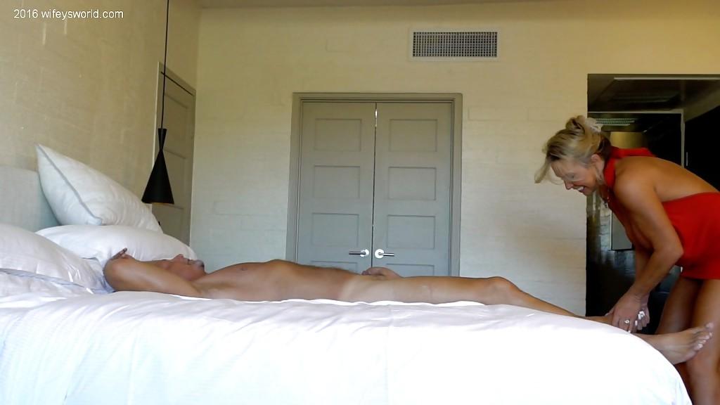 Стерва оголила бюст и онанирует член любовника на кровати