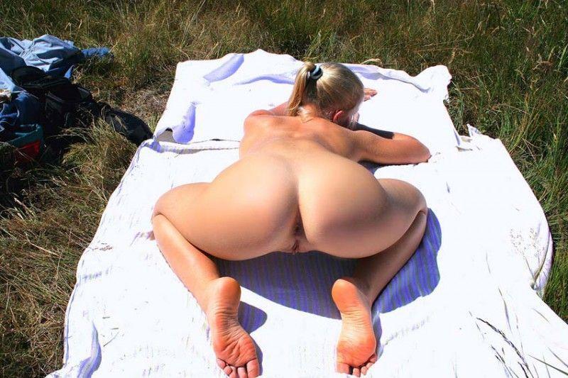 Голая блондинка расставила ноги на покрывале и проветрила щелку
