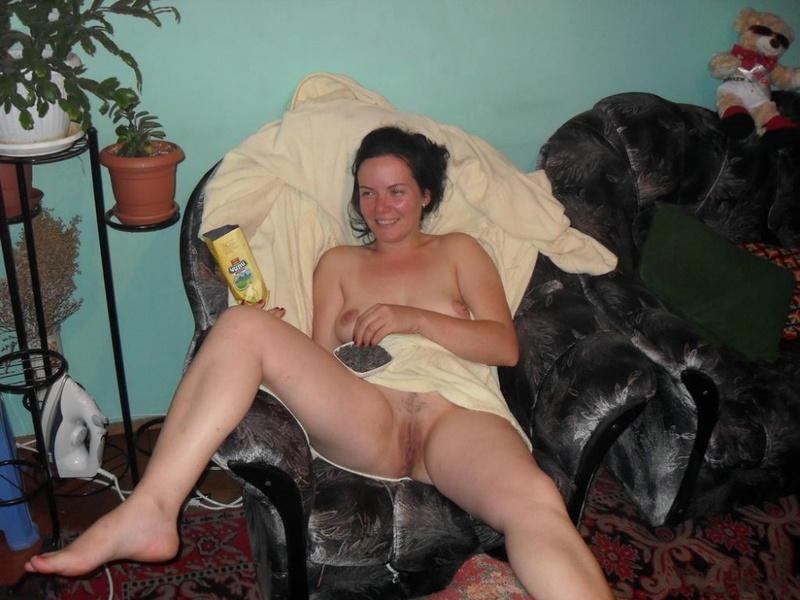 Развратная дама имеет себя в анал секс игрушкой