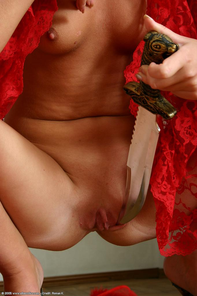 Изящная милашка обнажилась перед кавалером