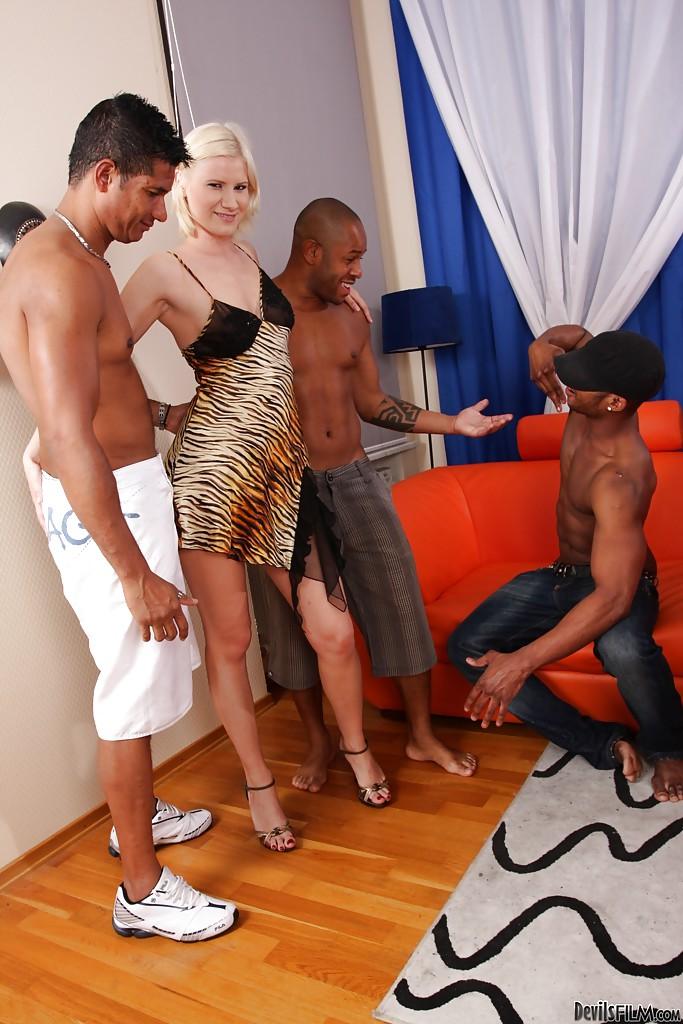 Блонда сняла тигровый пеньюар и отдалась троим неграм