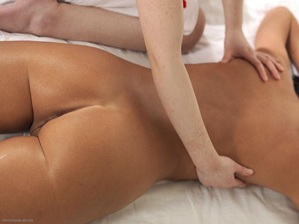 Шикарная брюнетка наслаждается интимным массажем