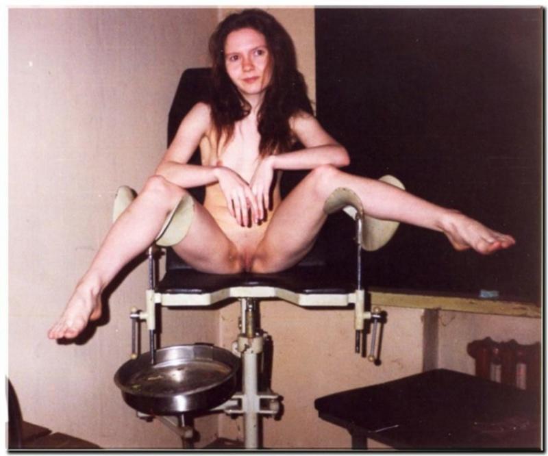 Худенькая медсестра развлекается нагая в гинекологическом кабинете