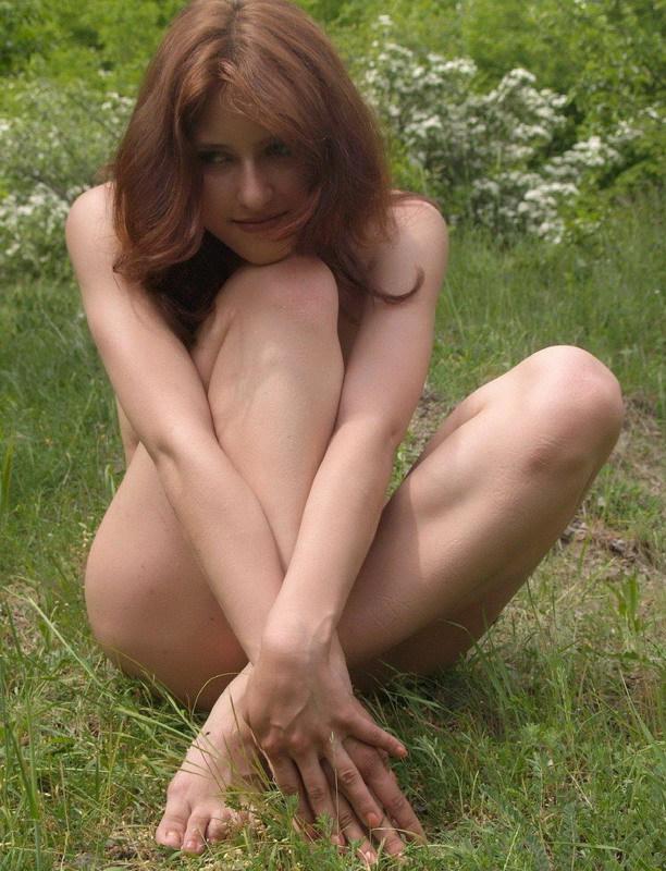 Нимфа прогуливается по лесу голышом, сверкая сиськами