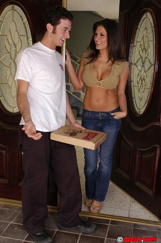 Брюнетка страстно отсосала у разносчика пиццы