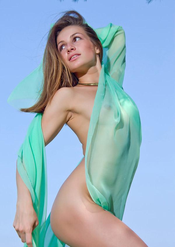 Молодая гимнастка сверкает вагиной у дерева на берегу моря