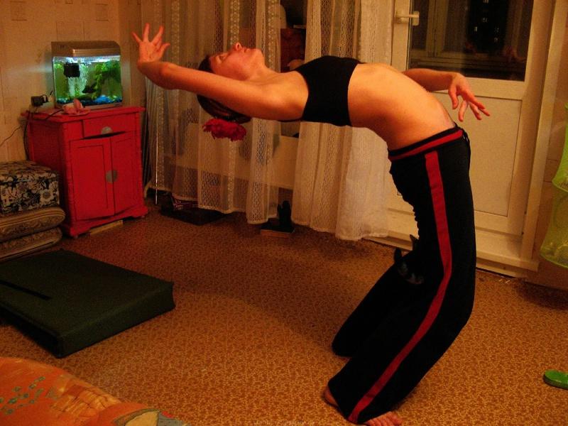 Рыжеволосая танцовщица показала упругий бюст