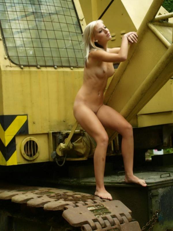 Худенькая крановщица позирует голышом на рабочем месте
