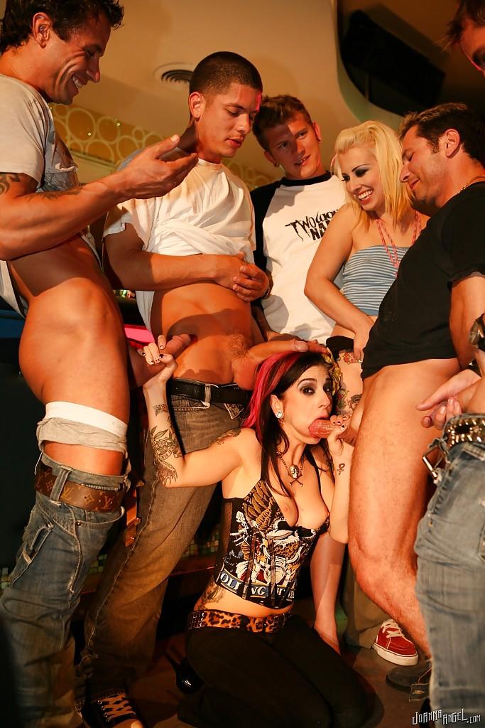 Девушка умело сосет пенисы парней на вечеринке