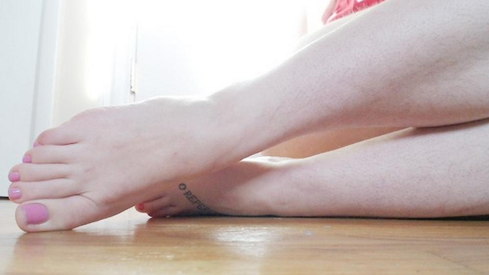 Сексуальные ножки девушек и их худенькие тела голышом