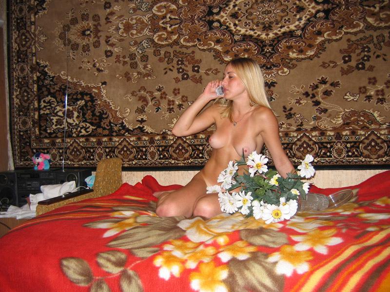Застенчивая блондинка позирует в домашней обстановке