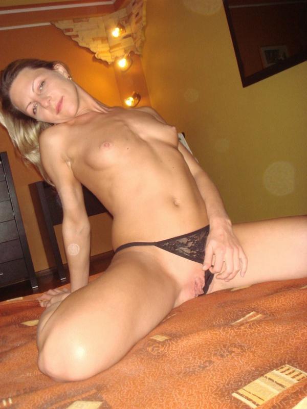 Плоская девица разделась перед партнером на кровати