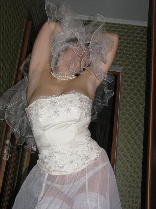 Строптивая шалашовка готовиться к сексу после свадьбы
