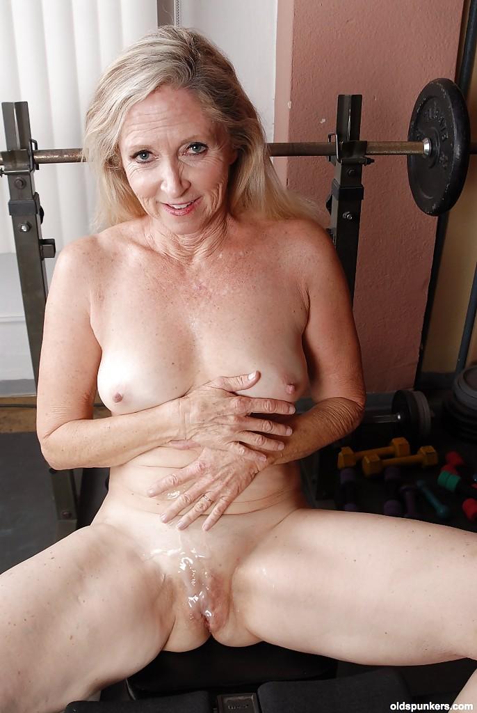 Муж оттрахал зрелую жену в спортзале на лавке