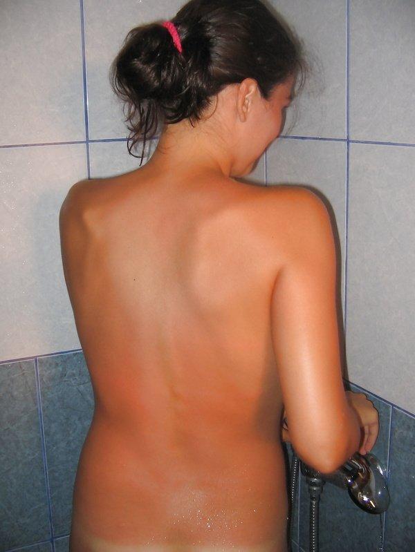 Студентка голышом позирует перед камерой в разных местах