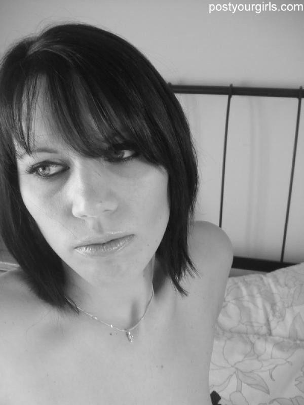 Брюнетка в лифчике засняла себя в черно-белом цвете