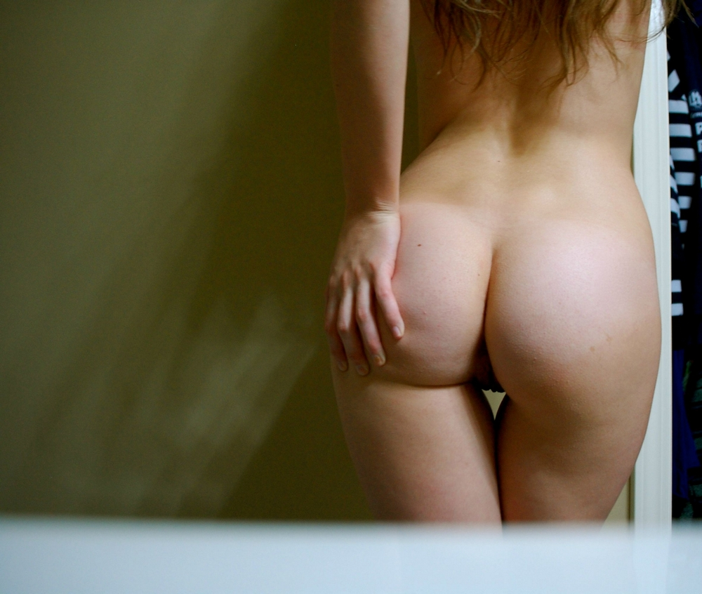 Девушка крупным планом засняла сексуальную задницу
