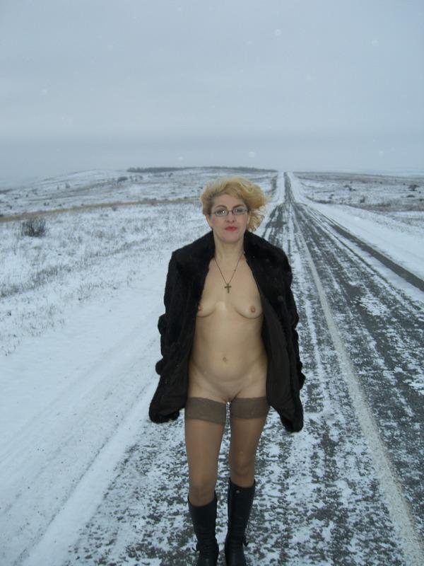 Зрелая мамзель позирует голышом на морозе