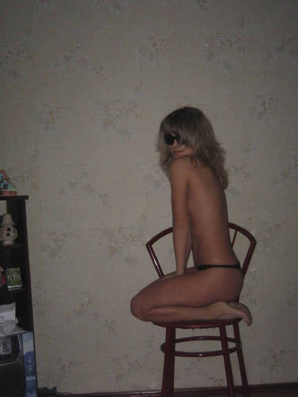 Стройная сучка позирует на стуле